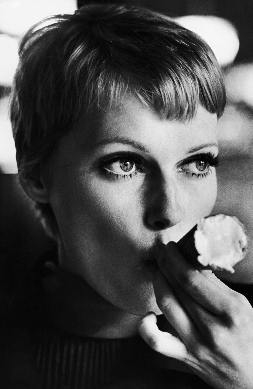 1977. Миа Фэрроу пробует мороженое