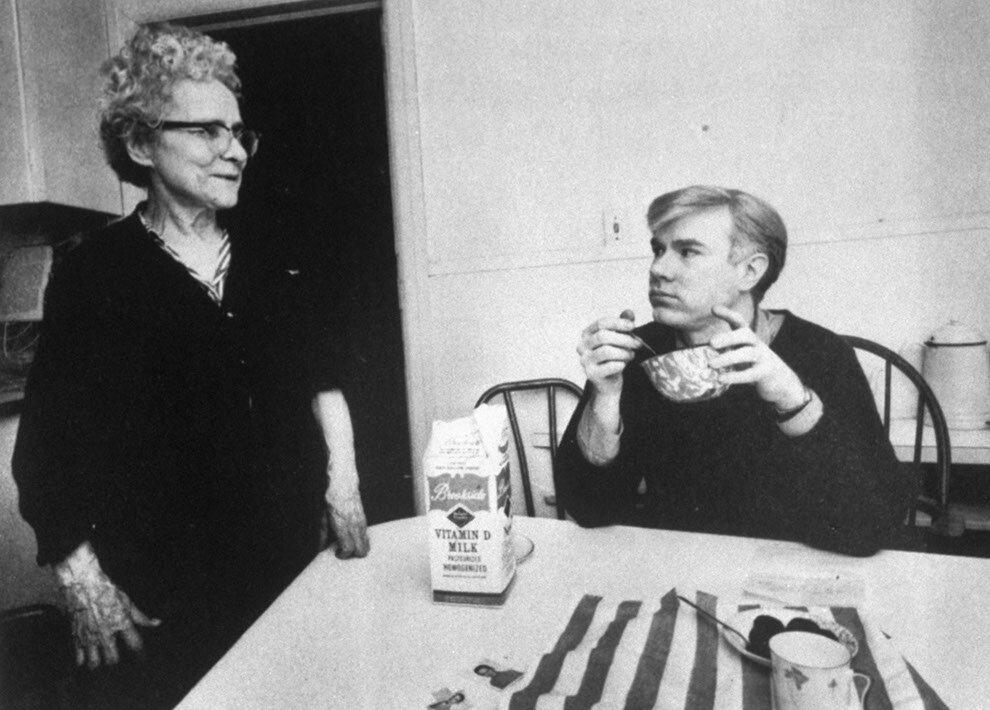 1964. Энди Уорхол с матерью Джулией начинает день с каши