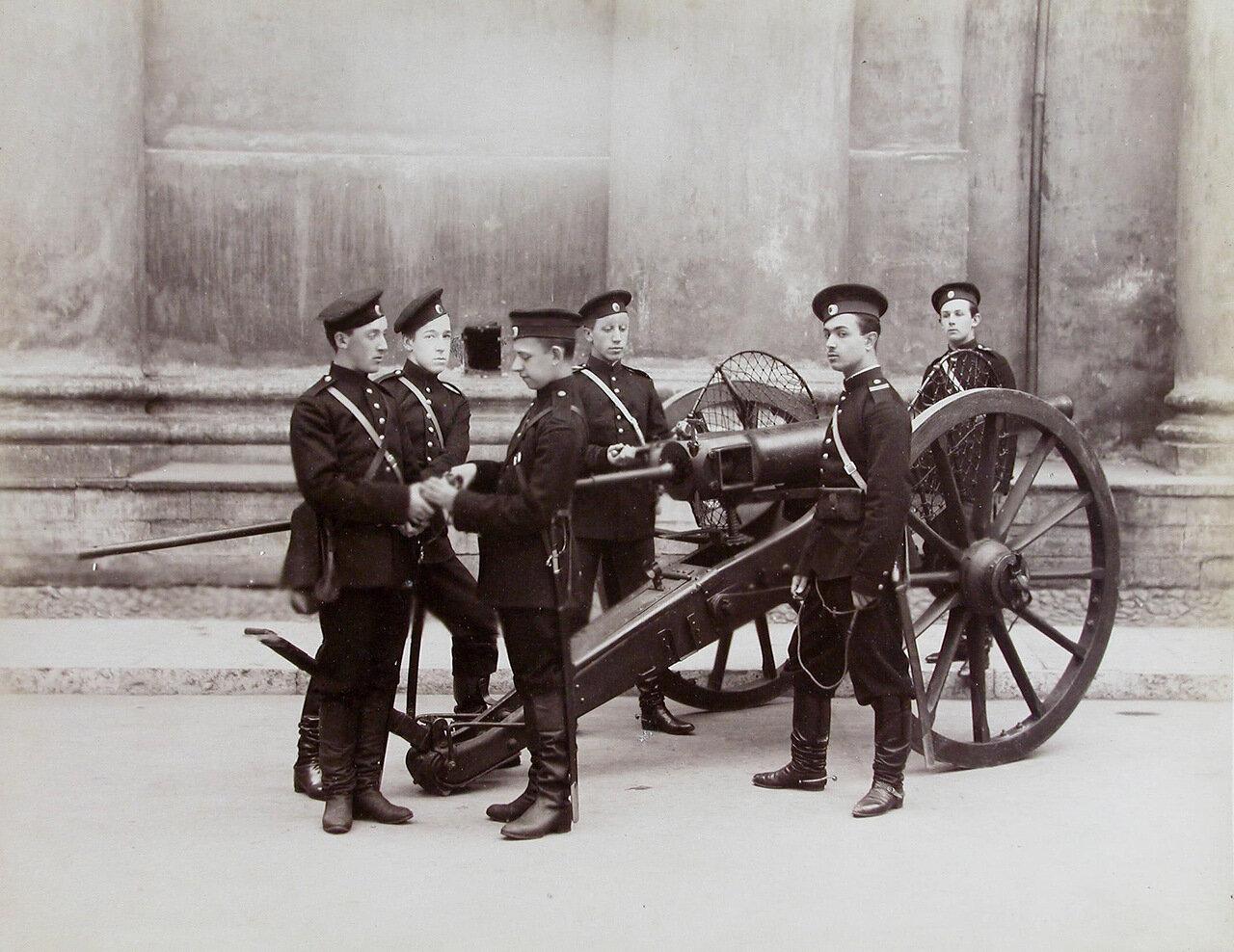 13.  Группа пажей - воспитанников корпуса - у артиллерийского орудия