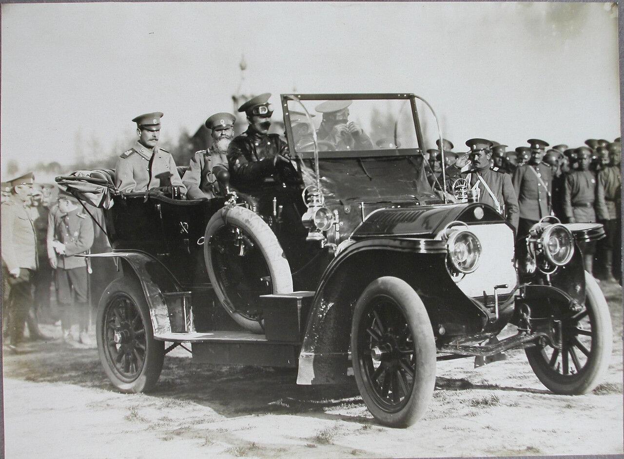 09.  Великий князь Андрей Владимирович (слева в автомобиле) и генерал-адъютант Н. И. Иванов в автомобиле направляются к месту парада