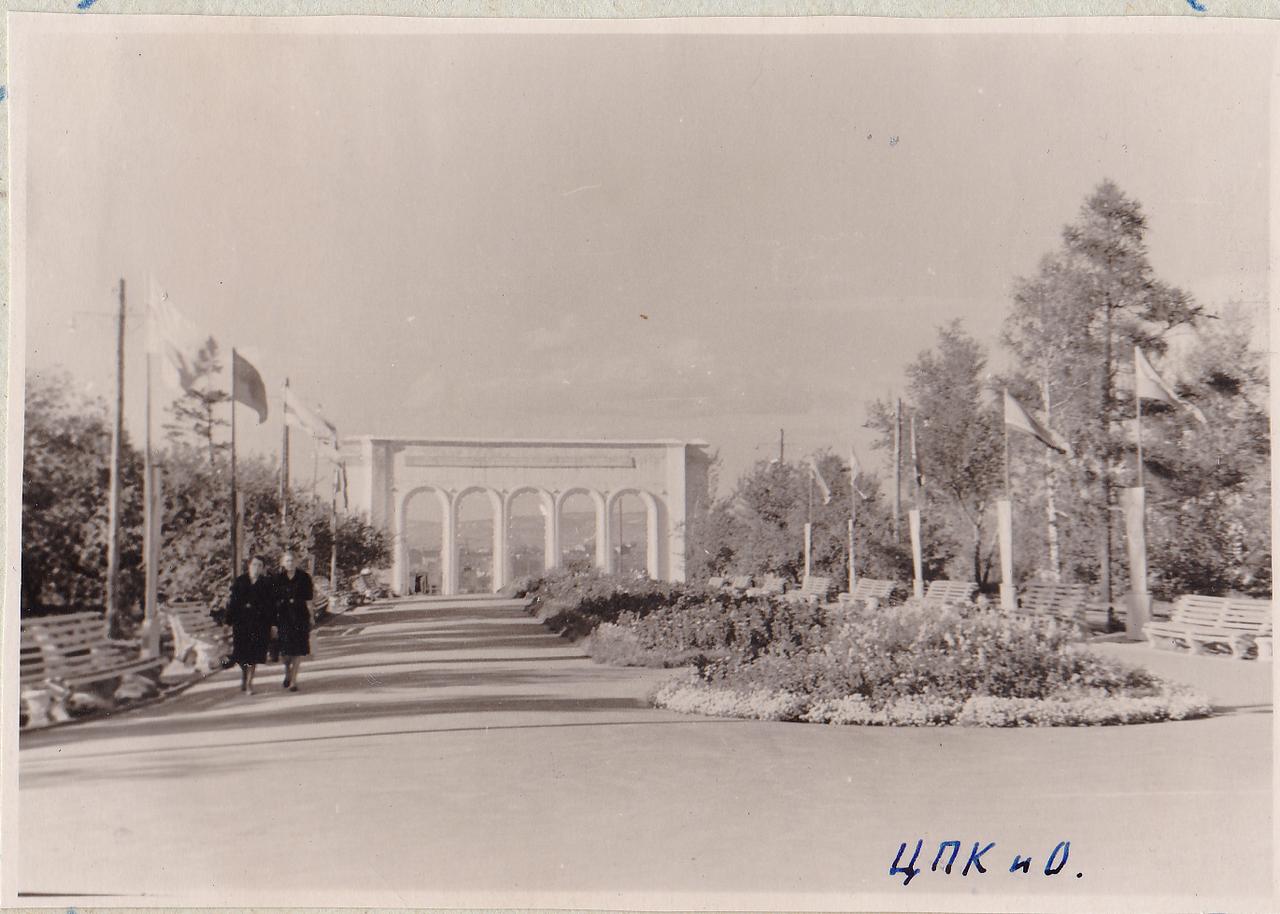 Главная аллея в ЦПКиО (Центральном Парке Культуры и Отдыха)