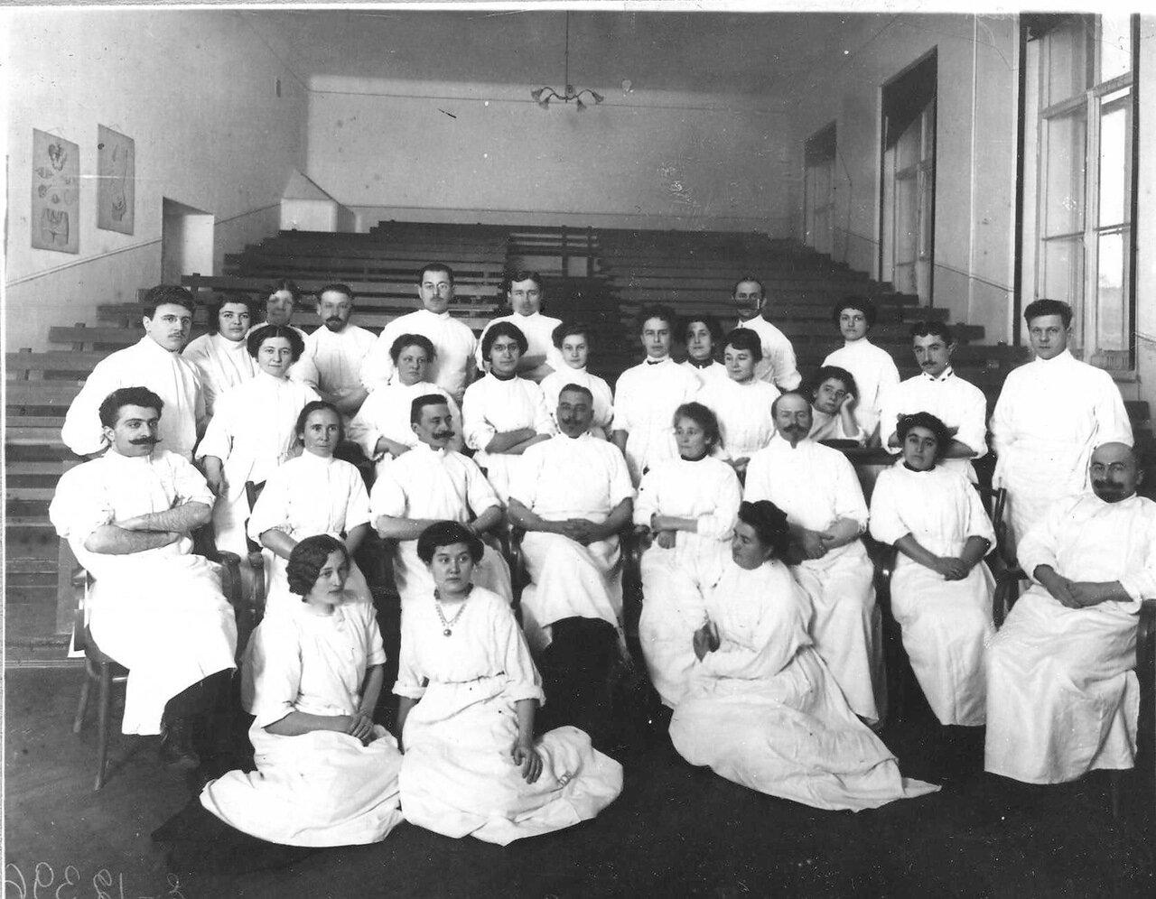 Группа студенток женского медицинского института в аудитории