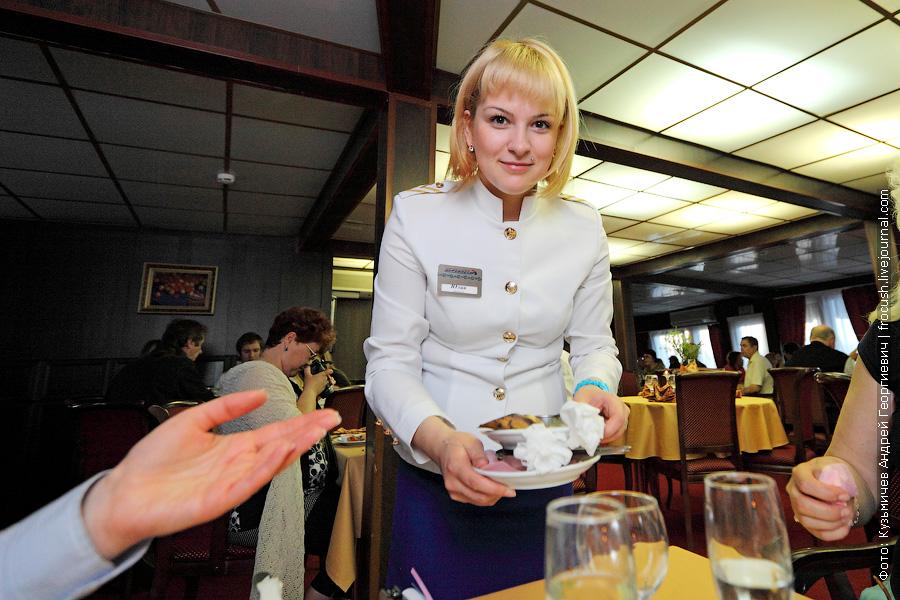 официантка Юлия на теплоходе Василий Чапаев май 2013 года
