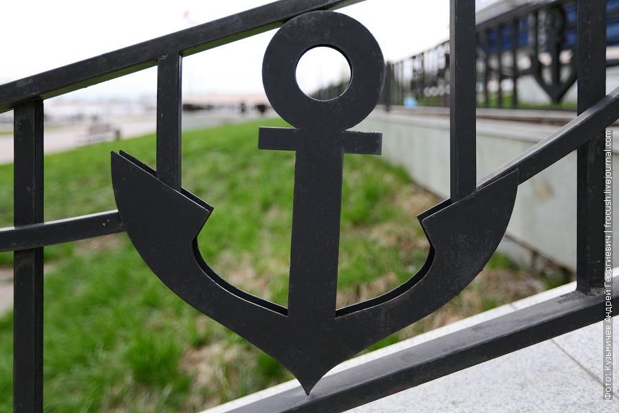 Элемент оформления ограды речного вокзала в виде якоря