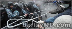 Столкновения митингующих с милицией возобновились