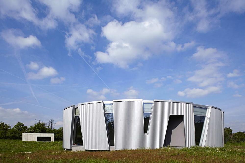 Овальный энергосберегающий семейный дом в Чехии