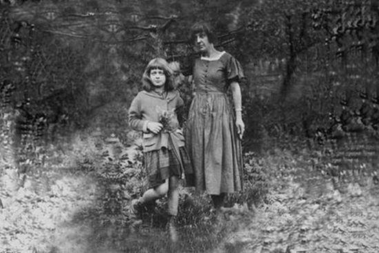 Марина Цветаева с дочерью Ариадной. Прага, 1924 г..jpg