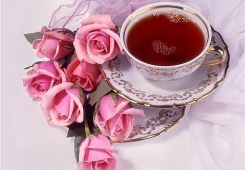 Чудесного дня !!! Чай и букетик розовых роз на столе