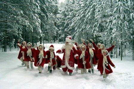 С Новым годом! Дед Мороз и снегурочки вышли из леса