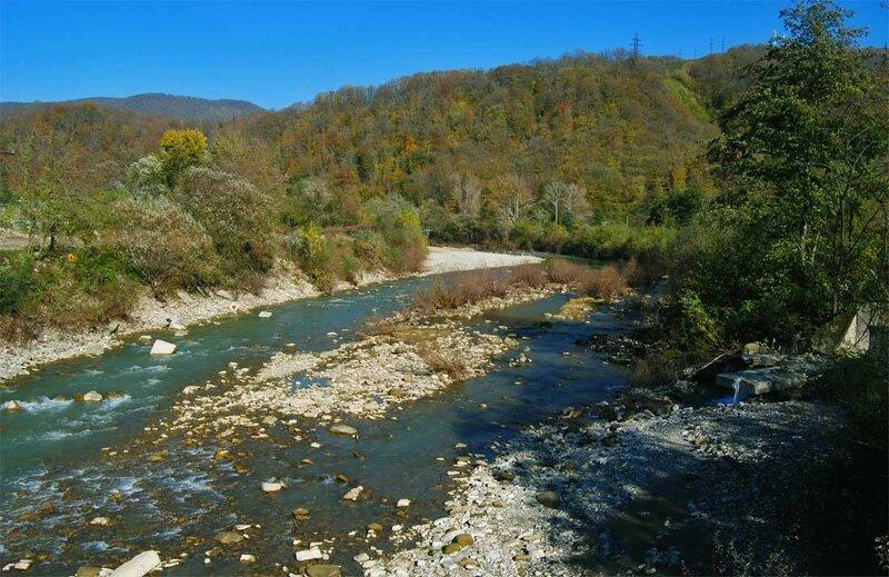 Внизу - река