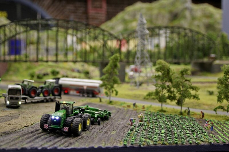 Гранд макет: уборка рожая. Трактор распахивает поле, рядом идет сбор кочанов капусты
