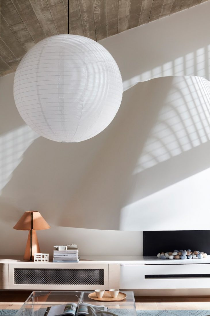 Like an inner sun, the paper shade illuminates this living room day and night. Romaine Awill mercifu