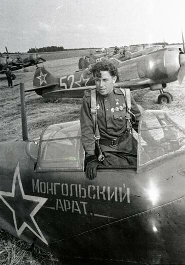 Герой Советского Союза, лётчик-истребитель капитан А.И.Майоров в кабине самолёта эскадрильи «Монгольский арат», построенной на средства трудящихся Монголии. Белорусский фронт, 24 июля 1944 г.