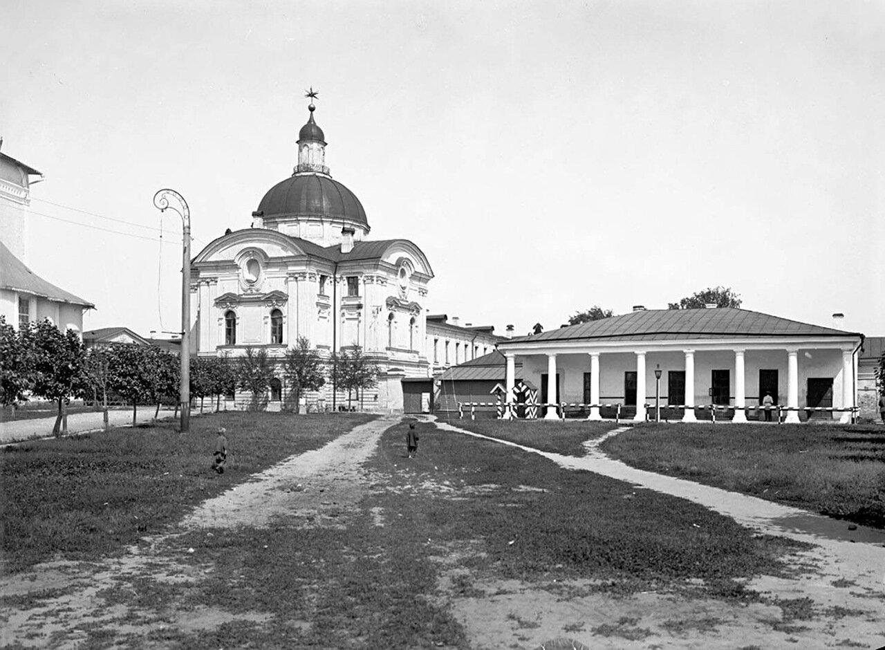 Восточное крыло Императорского дворца и гауптвахта. 1903 г.