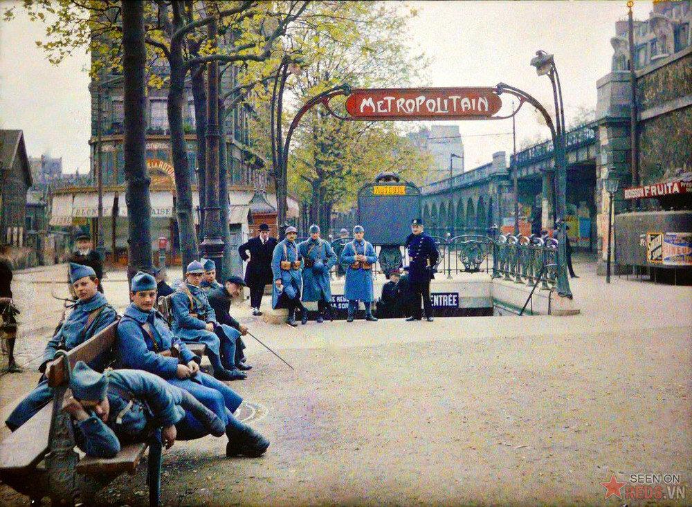 1907. Солдаты возле метрополитена