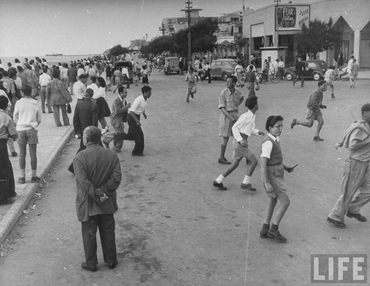 1948. Май. Люди убегают с набережной во время воздушного налета