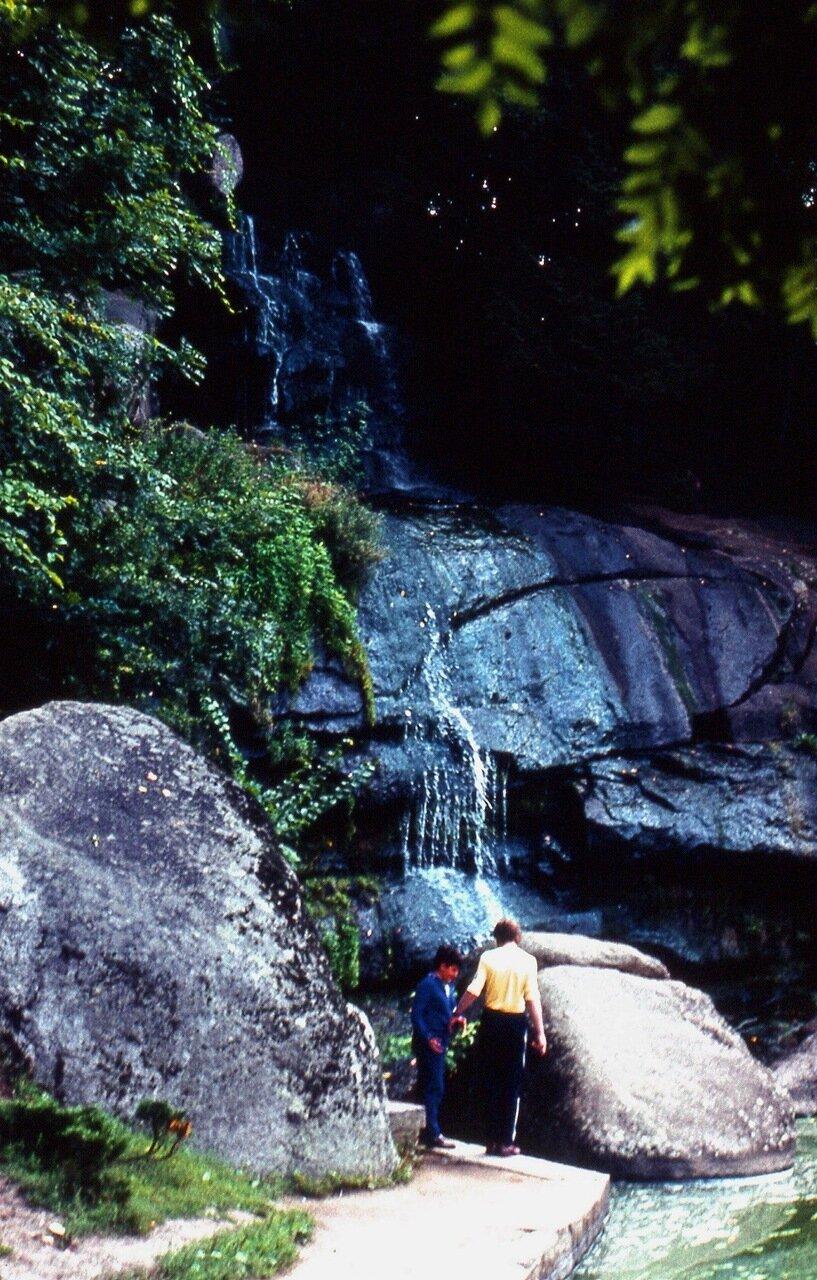 32.  Миниатюрный  водопад