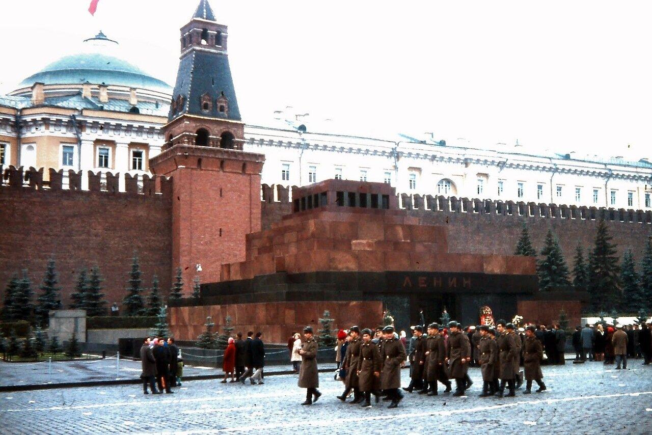 MOSCOU - Le mausolée de Lénine est un monument de granite rouge. L'actuel mausolée a été achevé en 1930 par Alekseï Viktorovitch Chtchoussev. Il remplace plusieurs versions successives de mausolée en bois érigées par ce même Chtchoussev à partir de la sem