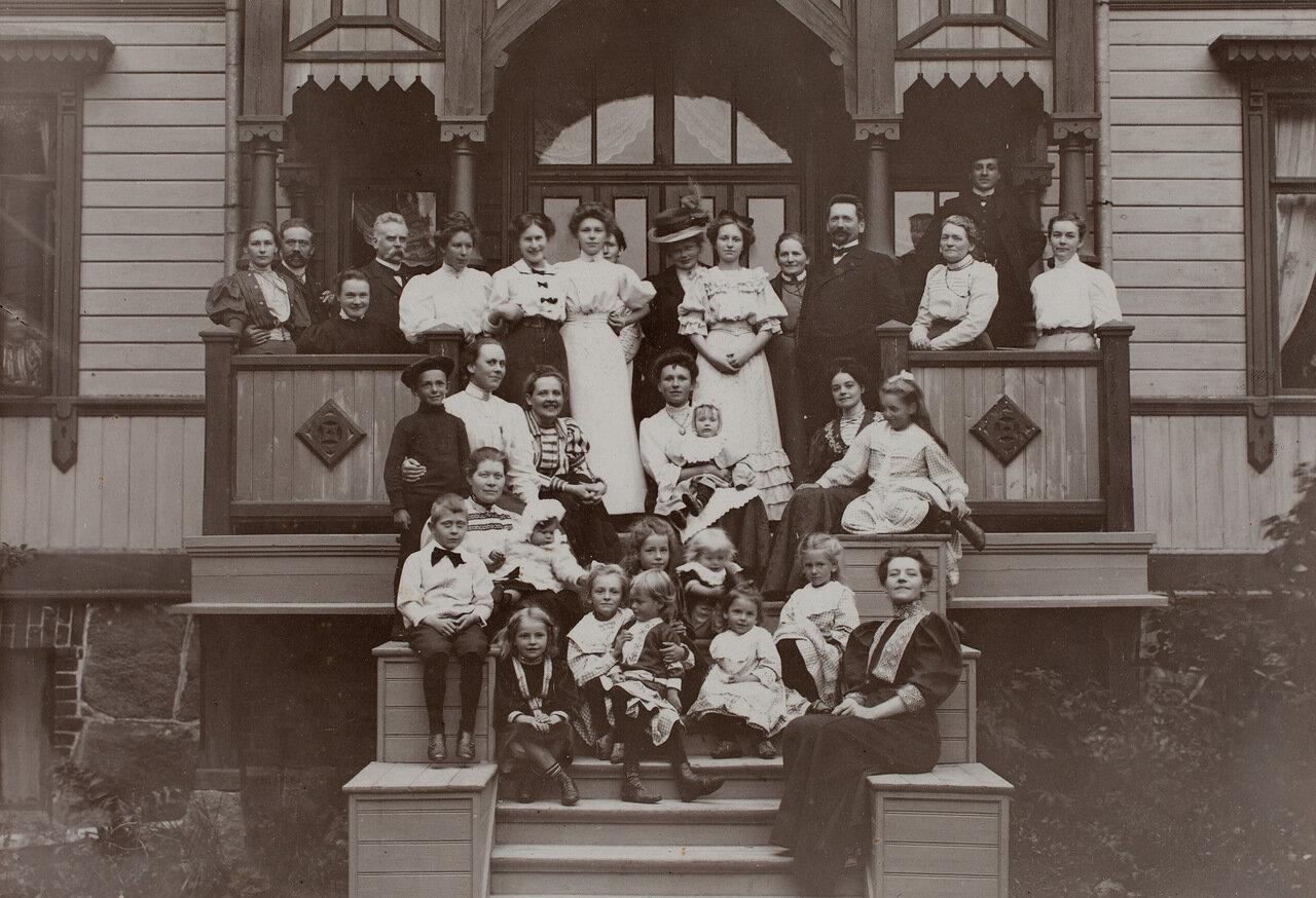 Семья Стольберг на ступеньках виллы в Пихлаясаари, ок 1908