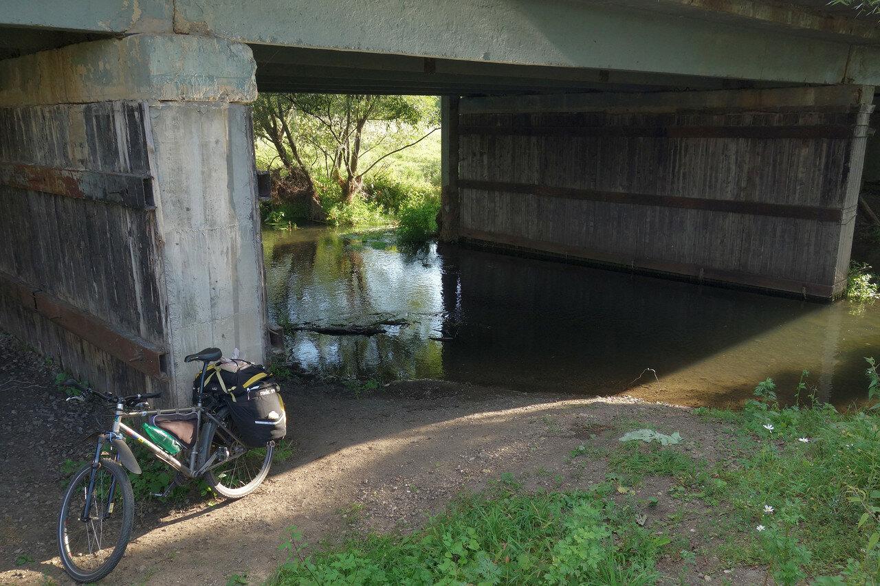 Уперта под мостом