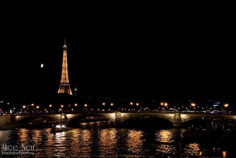 Набережная Сены и Эйфелева башня ночью