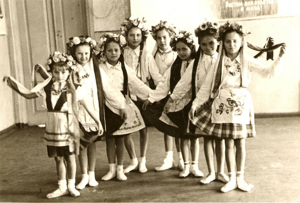 Танцы 1 класс, 1956.jpg