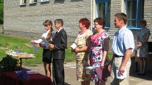Рябчинская школа. 23 мая 2014 года. Последний звонок. Присутствуют представители районной и местной власти.