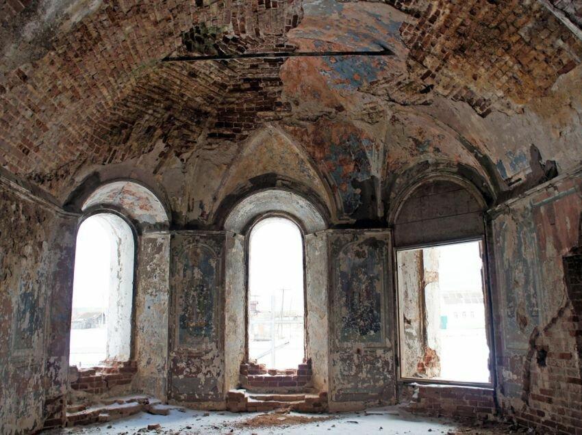 Алтарь храма до восстановительных работ (04.04.2014)