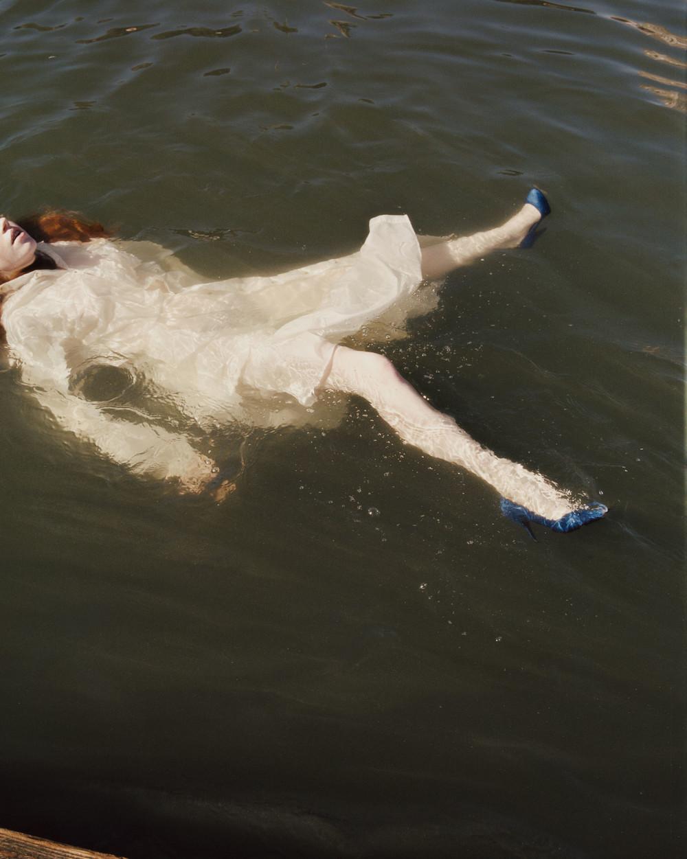 «Снимки на траве я сделала на болотах Вудберри в Лондоне. Мне очень понравилось, что это напоминает