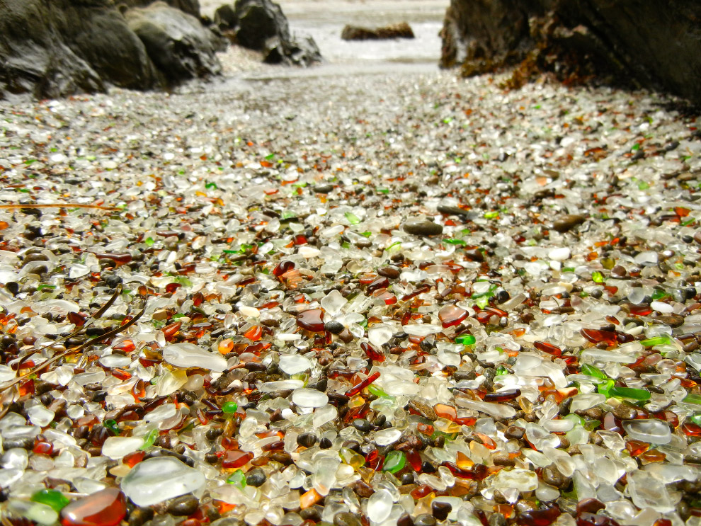 В один прекрасный момент власти свалку прикрыли, оставшийся мусор или смыло в океан, или растащ