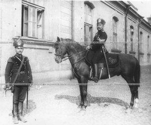 Офицер бригады на коне.
