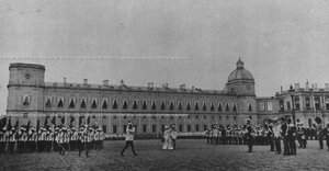Император Николай II  и императрица Мария Федоровна принимают парад   полка на плацу  перед Гатчинским дворцом.