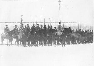 Гвардейцы на правом фланге во время смотра полка.