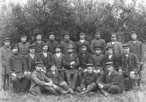 Группа рабочих с инженерами на берегу Ладожского канала.