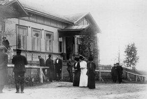 Родственники убитого и члены суда у входа в дом, где происходило заседание.