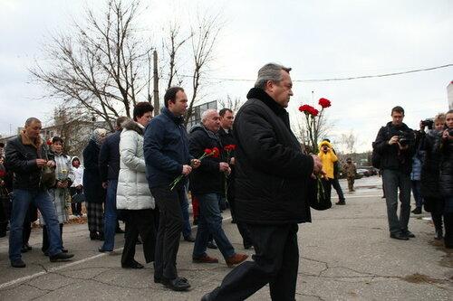 в лнр принесли цвети к миссии ОБСЕ где никого не было
