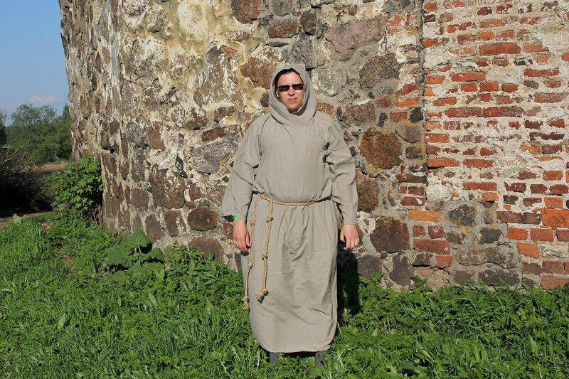Монах в серой тунике с верёвочным поясом - фестиваль «Майское дерево 2014»