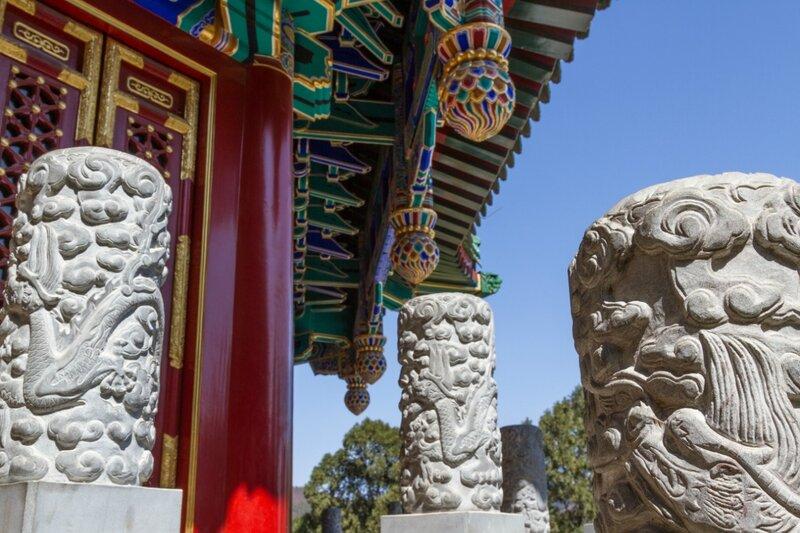 Детали нижнего яруса пагоды Люли, парк Сяншань, Пекин