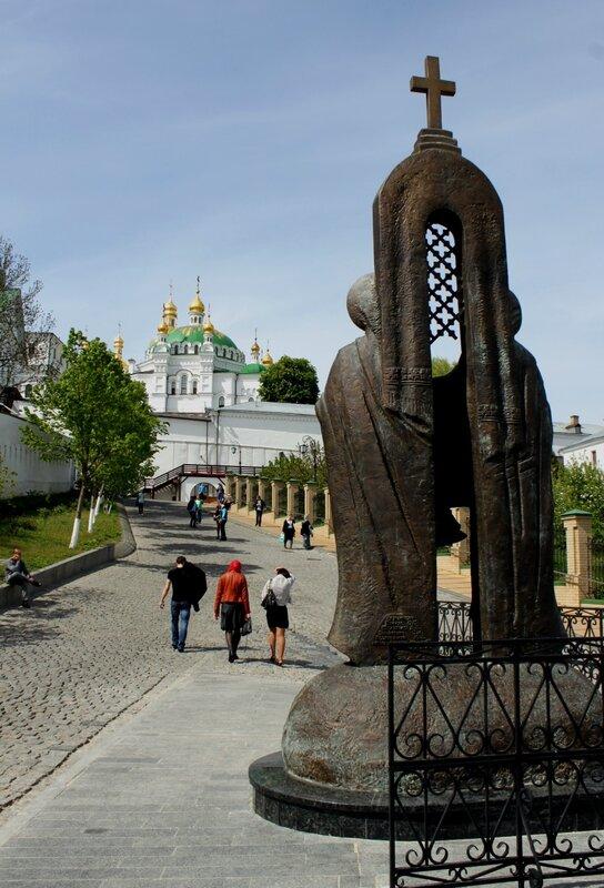 Памятник Антонию и Феодосию сзади