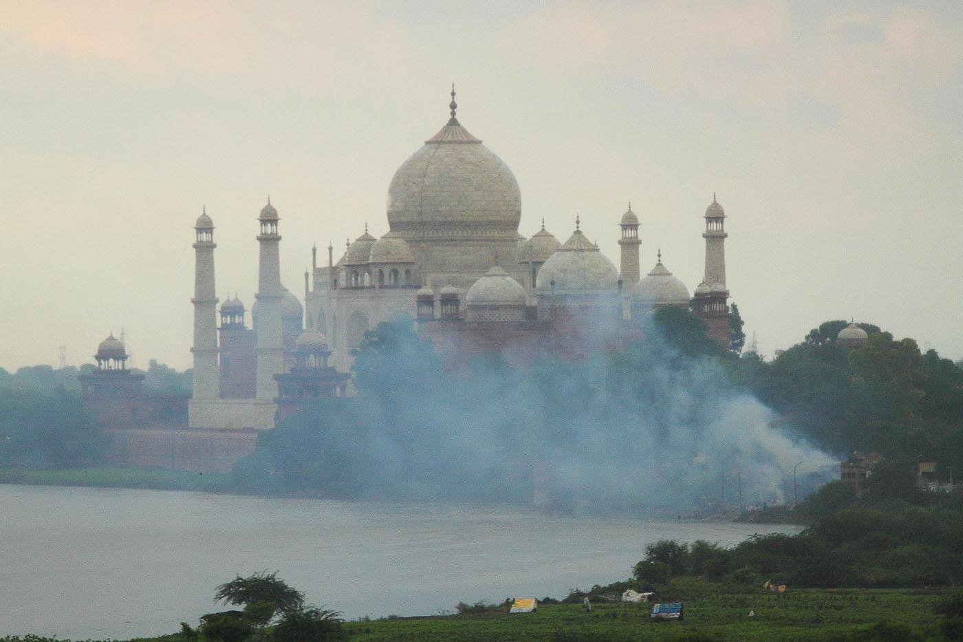 Фотография 13. Дым от горящей помойки у стен Тадж-Махала в Агре. Наш отдых в Индии.