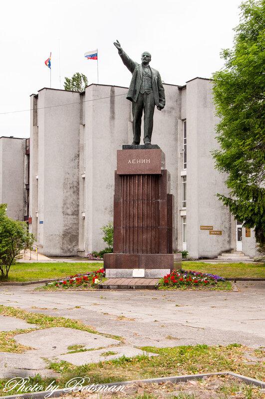 Мемориальный комплекс с барельефом в человеческий рост Площадь Ильича памятник на могилу Новосиль