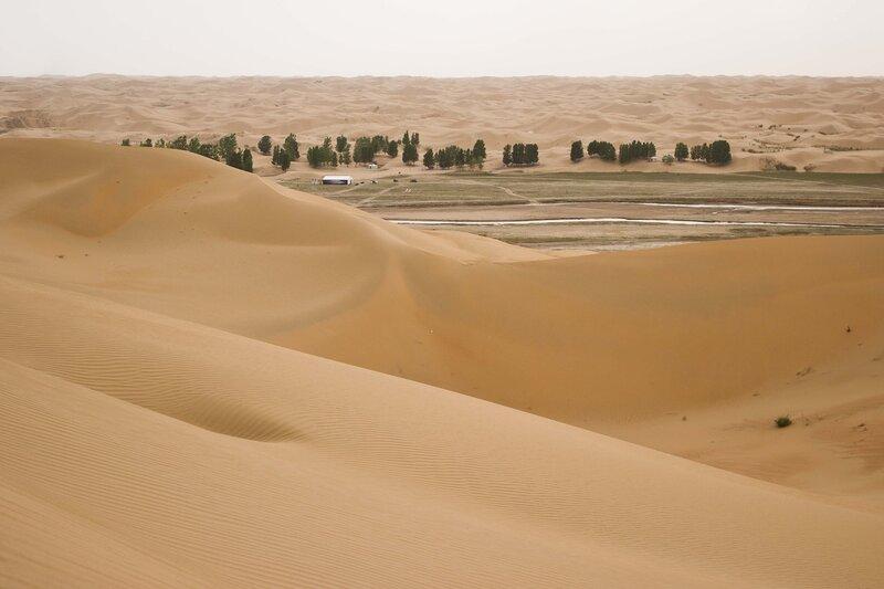 река среди песков в пустыне Кубучи (пески Кузупчи, Kubuqi desert)