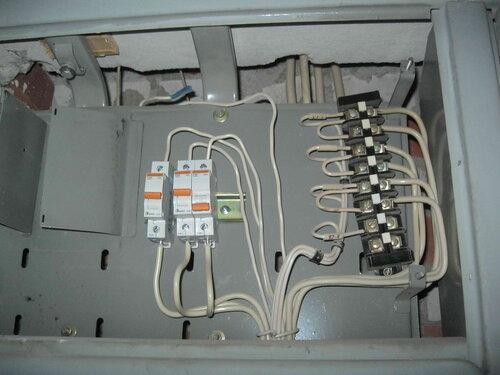 Фото 17. Один из вводных автоматических выключателей оказался в положении «Выключено».