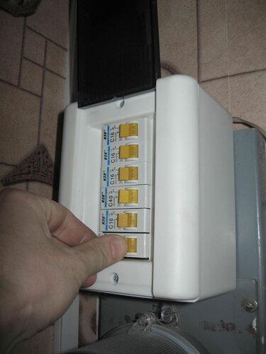 Фото 23. Включение сработавшего из-за перегрузки автоматического выключателя в квартирном щите.