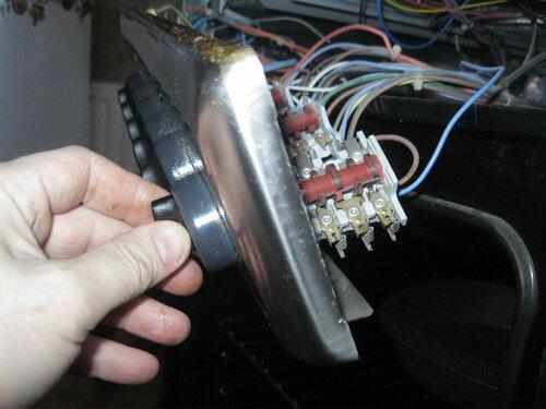 Фото 38. После закрепления механизма (переключателя) на фронтальной панели, электрик установил ручку на место.