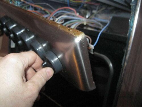 Фото 28. Ручка электроплиты прокручивается - механизм утратил неподвижность крепления к фронтальной панели  плиты.
