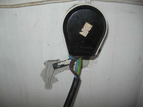 Фото 26. Небрежно установленная розетка и неправильно зачищенный шнур электроплиты.
