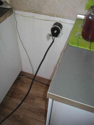 Фото 25. Для удобства разборки электроплита полностью выдвинута вперёд из тесного соседства с напольными шкафами кухонного гарнитура.