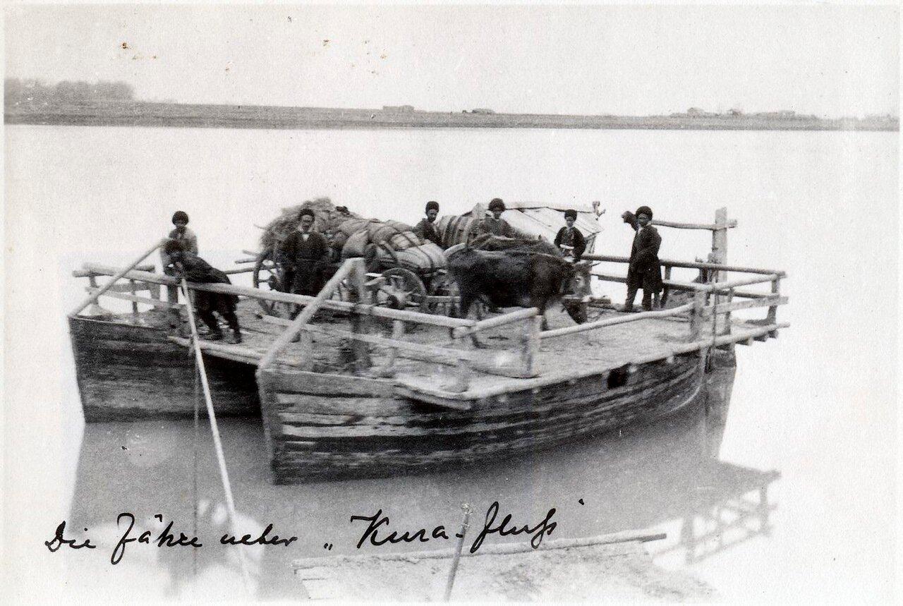 Баржа на реке Кура