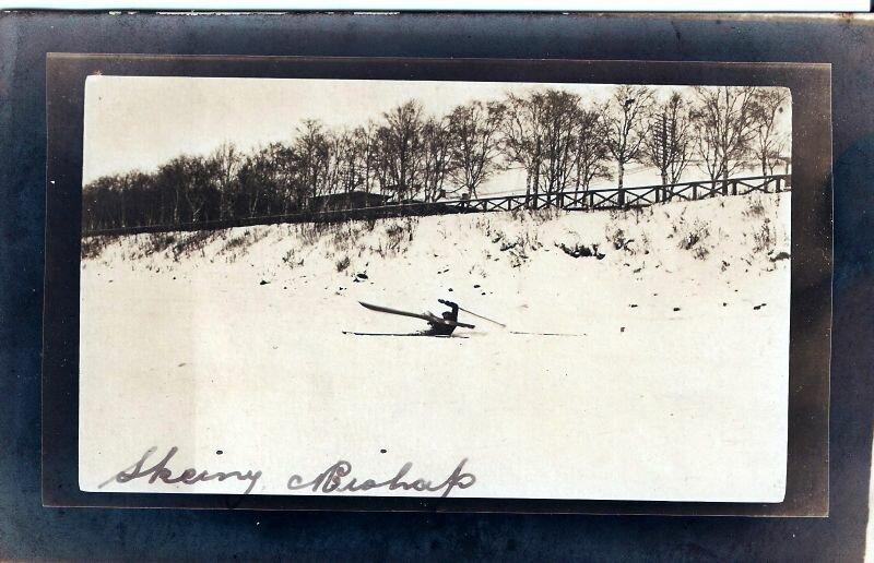 Лыжник, неудачно скатившийся на лед Северной Двины в районе набережной